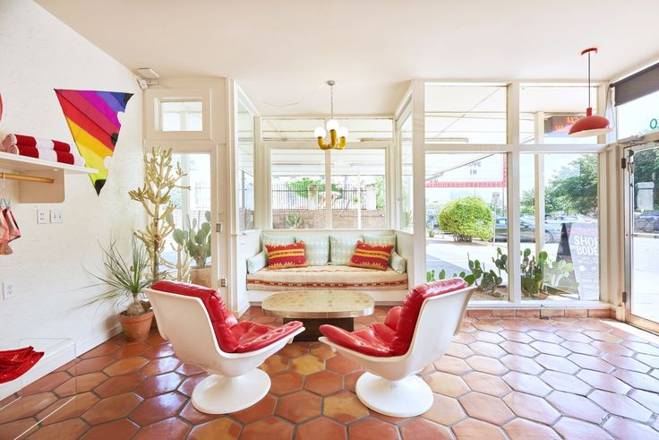The Rejuvenated Austin Motel Welcomes Guests With Upbeat, Midcentury-Modern Vibes - Photo 1 of 12 -
