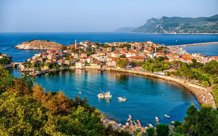 Die Hafenstadt #Amasra an der türkischen #Schwarzmeerküste #Türkei © shutterstock