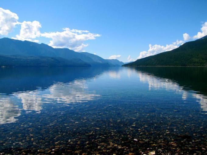 Slocan Lake, B.C (ellogovernorYES/Reddit)