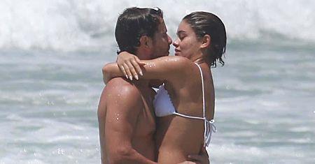 Sophie Charlotte e Daniel Oliveira trocam beijos apaixonados em praia no Rio