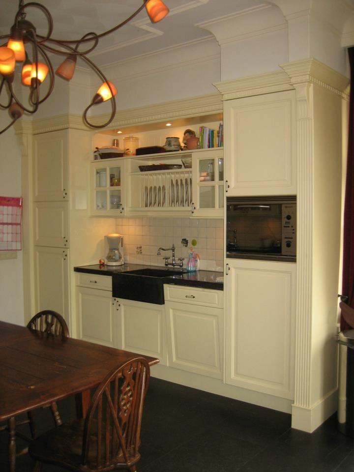 Engelse keuken in Victoriaanse stijl, romantisch, klassiek en landelijk. Met een Engelse keuken creëert u een sfeervol huis met een warm karakter. Een Engelse keuken is vaak een ambachtelijke keuken. Een Engelse keuken bestaat uit verschillende materialen. U kunt ervoor kiezen om een werkblad van massief hout, hardsteen, zandsteen of terrazzo te nemen. Daarnaast er kan prima gebruik worden gemaakt van de modernste keukenapparatuur bij deze keukenstijl Stabilo Interieurbouw.