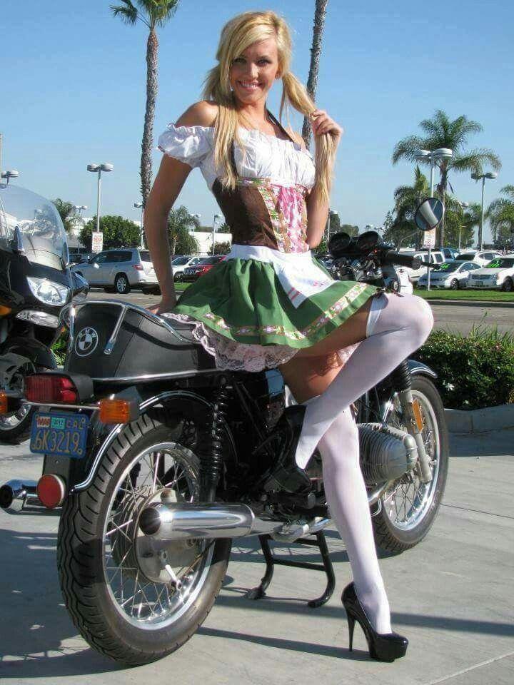 Фото на мотоцикле под юбку, спускают в рот много много спермы