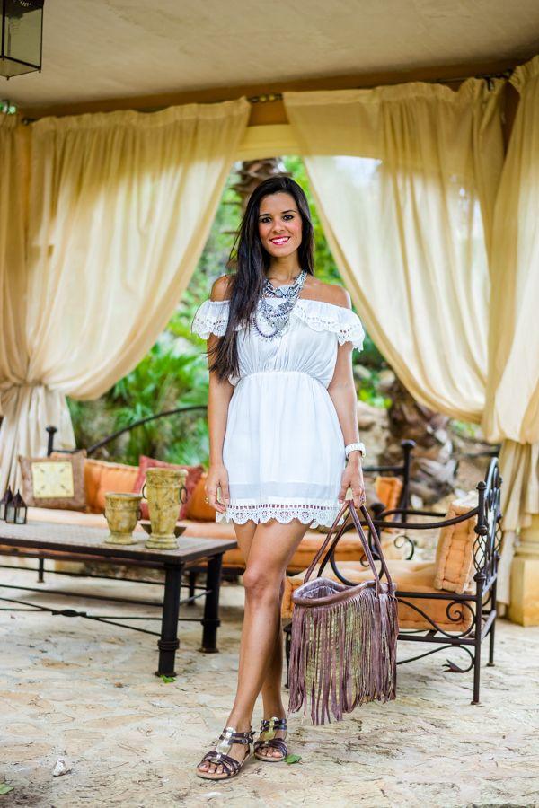 Sonar con vestido blanco de lunares