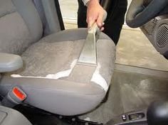 Maak je auto schoon met soda!! Spray de vieze plekken (ja, zelfs die plekken waar je kind het even niet meer in kon houden ;-)) nat met een beetje water; strooi er soda over...., laat het even inwerken en dan zuig je de soda op en tara, weg plek en viezen geur!!