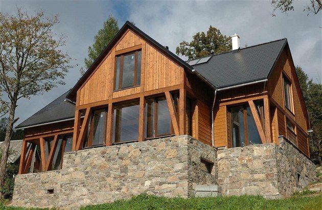 Moderní, originální, flexibilní, variabilní, odolné, prodyšné, šetrné k životnímu prostředí, nízkoenergetické a bezpečné. Takové jsou domy stavěné za pomoci technologie, která se nazývá těžké dřevěné skelety.
