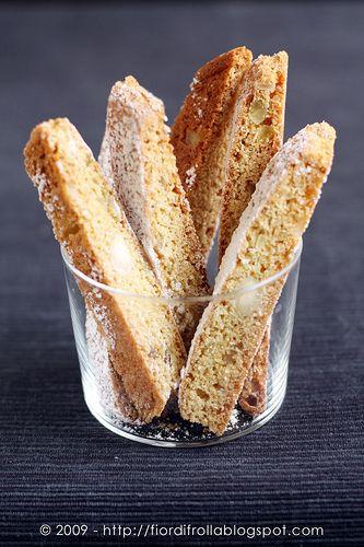 I biscotti del ReI Biscotti del Re Ingredienti per circa 2 kg di biscotti: 1 kg di farina 250 g di burro fuso 7 uova 700 g di zucchero semolato 300 g di mandorle sgusciate spellate intere 200 g cedro candito intero 2 cucchiaini di bicarbonato 1 bicchierino di liquore all'anice Inoltre: zucchero a velo per decorare