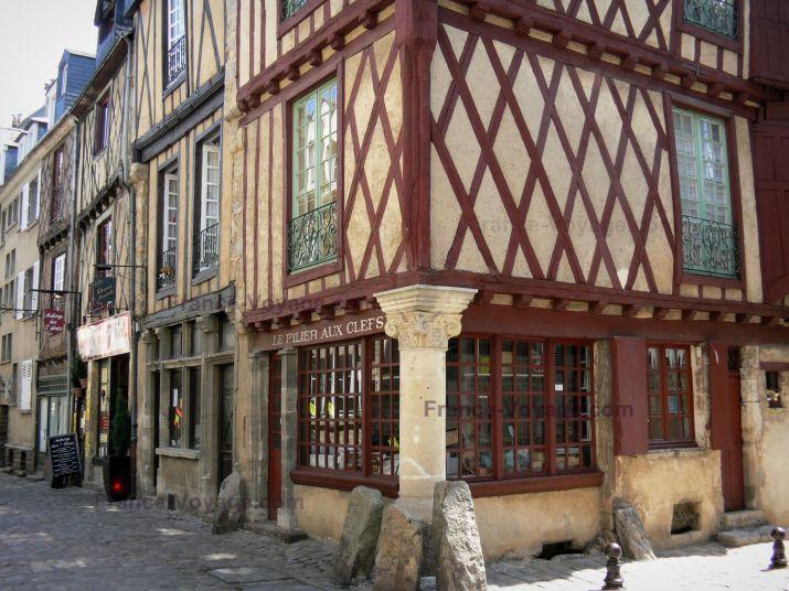 Le Mans: Vieux Mans - Cité Plantagenêt : maisons à pans de bois de la vieille ville, dont la maison du Pilier aux Clefs - France-Voyage.com