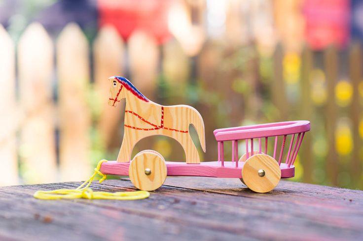 Tradycyjna zabawka ludowa - drewniana bryczka