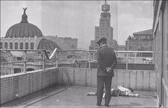 suicidio torre latino metinides El 6 de septiembre de 1971, un hombre se arrojó del mirador de la Torre Latinoamericana y se estrelló en el noveno piso, donde su cuerpo quedó destrozado. Aquel fue el segundo suicidio que ocurrió en la Torre en 9 años y fue capturado en fotografía por Enrique Metinides