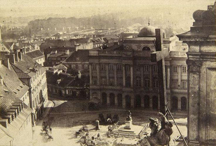 1861 , Widok z wieży kościoła Świętego Krzyża. Na wprost widoczny jest Pałac Staszica i pomnik Mikołaja Kopernika. Po lewej nieistniejący już Pałac Karasia. Fot. ze zbiorów Muzeum Narodowego.
