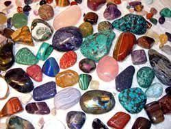 Minden kő, hasonlóan a növényekhez, különböző frekvenciájú rezgéseket bocsát ki magából. Az emberi szervezet egyes szervei is sajátos frekvenciájú rezgéssel működnek, így a megfelelő szerveket a hasonló rezonanciájú kövekkel harmonizálhatjuk, gyógyíthatjuk. Olyan ez, mintha egy zenekarban a ritmuszavar miatt elcsúszott hangszert térítenénk vissza saját ütemébe, ami elengedhetetlen a harmonikus összhangzáshoz.