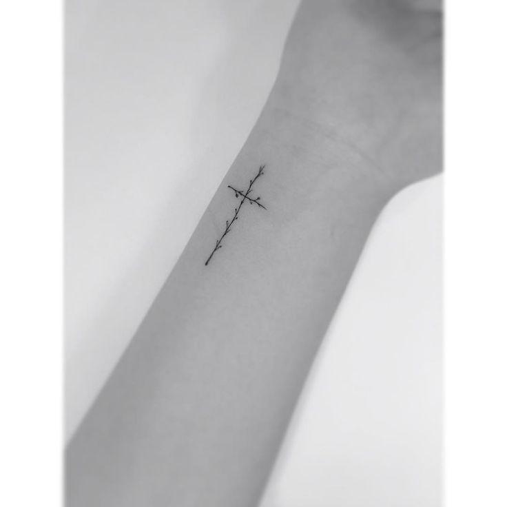 . .  나뭇가지 십자가.  #tattoo #타투 #플레이그라운드타투
