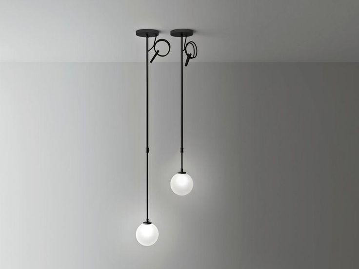 UNA LUCE SU MISURA DI BOFFIBoccia è una lampada disegnata da Piero Lissoni per Boffi in vetro opalino. Il diffusore a forma di sfera, grazie a una sospensione realizzata da due tubi in alluminio telescopici può essere regolato in altezza, grazie a un sistema di serraggio a cilindro.