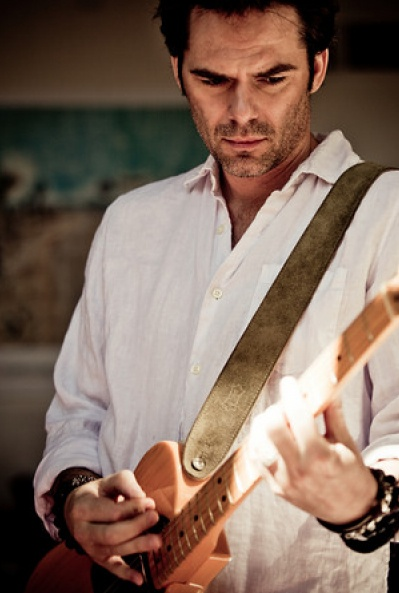Billy Burke is even sexier with a guitar