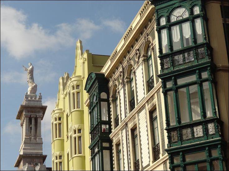 Edificios modernistas en la Plaza del Instituto, viéndose al fondo el Sagrado Corazón.