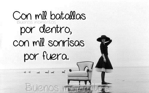 Con mil batallas por dentro, con mil sonrisas por fuera. #frases