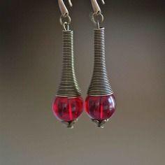 Boucles d'oreilles cône ressort et perles de verre couleur rubis (siam)