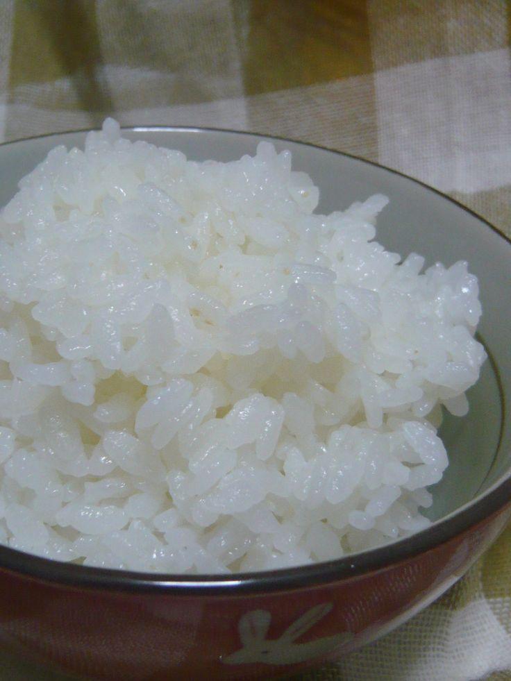 ダイエットに◎冷めてももちもち寒天ご飯★     栄養士さん直伝!いつものご飯に寒天を入れて混ぜるだけ!食物繊維たっぷりで、ちょっとの量でお腹いっぱい♪ yoripo    材料 お米 一合 寒天 1g    作り方 1 普通の要領でお米をとぎ、水はいつもどおりでOKです。 2 お米一合に対し、寒天1gをいれ、よく混ぜます。 3 あとは炊飯ボタンをぽち♪でできあがりです! 4  皆様のおかげで話題入りさせていただきました!ありがとうございます!30文字のお返事じゃ伝えきれないほど感謝してます! コツ・ポイント レシピの生い立ち 出産入院中に病院ででていたご飯。栄養士さんに作り方を聞きました♪ レシピID:811268