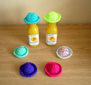 marianna's lazy daisy days: AGE UK ~ Innocent Smoothie Hats - brimmed hat -- free pattern instructions at http://mariannaslazydaisydays.blogspot.co.uk/2013/07/age-uk-innocent-smoothie-hats.html
