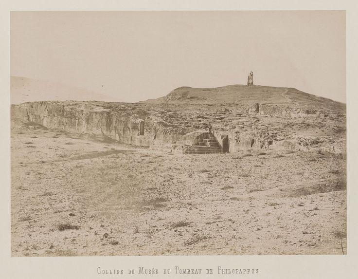 Athènes. Colline de la Pnyx (premier plan). Colline des Muses et                     monument de Philopappos (arrière-plan). © Musée Guimet, Paris, Distr. Rmn / Image Guimet