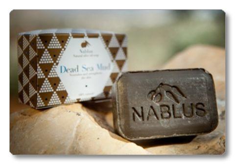 DEAD SEA MUD SOAP Denna tvål är gjord av en unik kombination av olivolja och en blandning av behandlad lera från Döda havet. Leran renar och stramar upp huden, samtidigt som den behåller sin flexibilitet. Dead Sea Mud Soap är idealisk för fet hud och för behandling av juvenil akne. Behandla och få en mjuk, ren och slät hud.  TIPS: På grund av sin djuprengörande effekt kan denna tvål också användas som en ansiktsmask. Gör så här: Fukta ansiktet, fördela tvålen över ansiktet och massera in den…