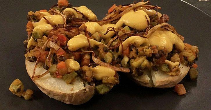 Πατάτες φούρνου με φακές & sauce κουνουπιδιού