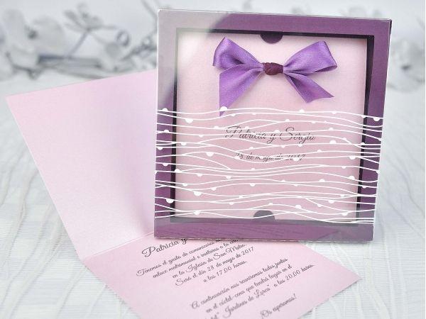Invitatie de nunta eleganta mov tip cutie cu interior roz sidefat, funda mov.  Exterior din acetofan cu model.
