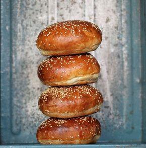 Perfekte burgerboller - bløde og lækre - glem alt om tørre burgerboller! Bag dobbelt portion, så du altid har gode boller, når der er burger på menuen.