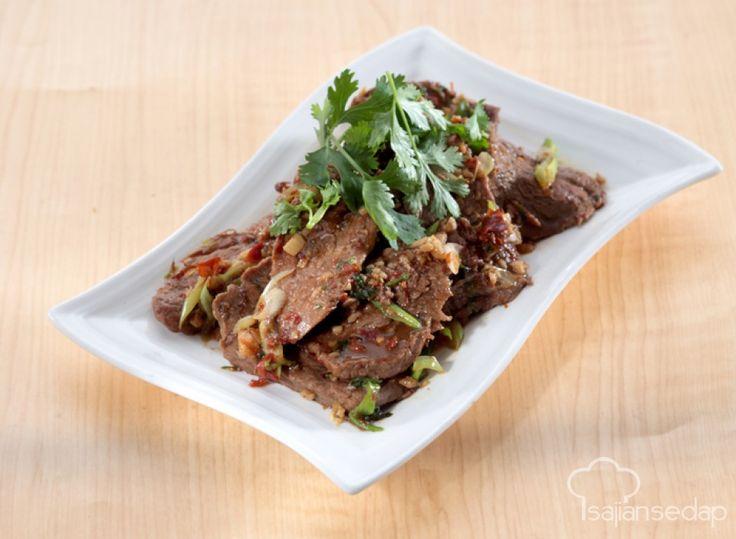 Daging has dalam yang digunakan pada resep ini menjanjikan sajian daging yang lembut. Apalagi dengan racikan bumbu Thai yang khas di lidah. Santap bersama keluarga berkesan dengan Daging Masak Thai
