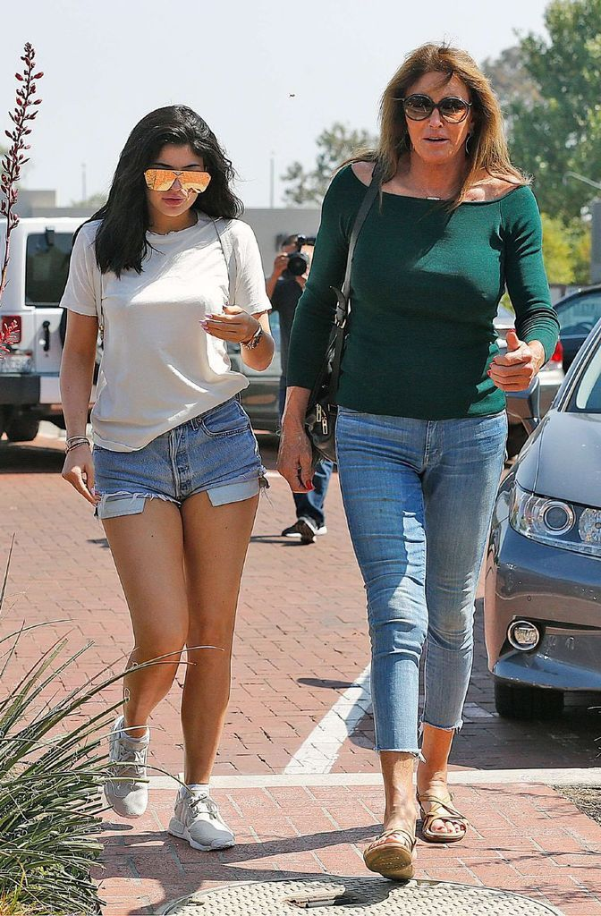 Kylie Jenner – Shorts out for Lunch in Malibu : Global Celebrtities (F) FunFunky.com