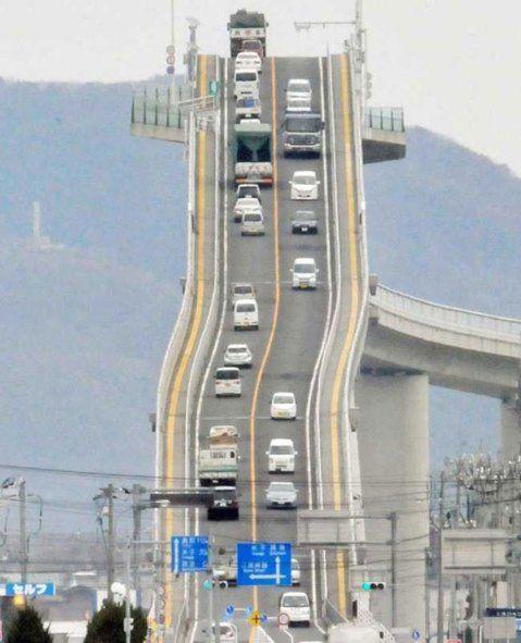 El insólito puente japonés que parece una montaña rusa   Japón, El Eshima Ohashi tiene una extensión de 1,7 kilómetros, lo que lo convierte en el puente rígido más largo de Japón, y en el tercero a nivel mundial.