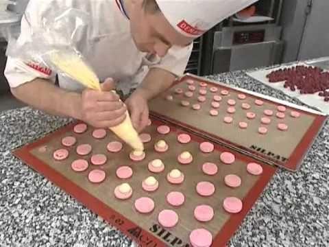 trucs & astuces de pâtisserie qui en jettent... ! utiliser les petits moules flexibles à l'envers pour créer des coupelles en biscuit, en caramel ou chocolat, mais aussi tuiles, pâte sablé nickel chrome, meringues et macarons à la poche à douille... !