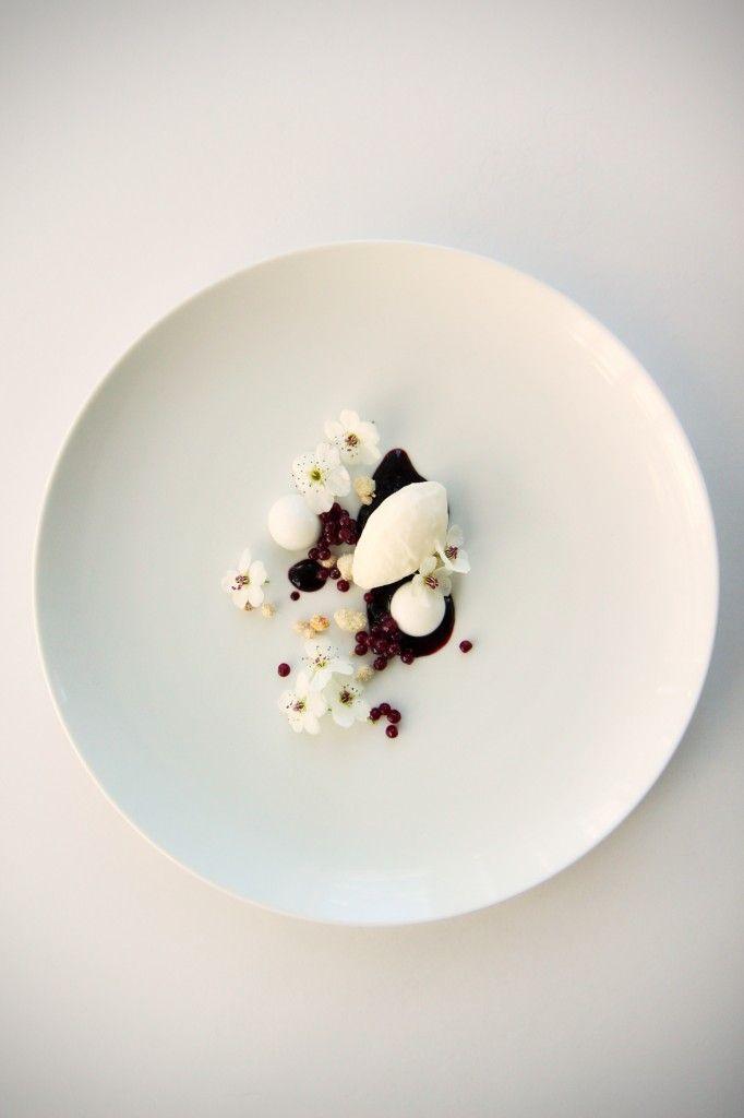 blackberry caviar, coconut mousse, coconut crumb, coconut yolk, blackberry puree | La Pêche Fraîche