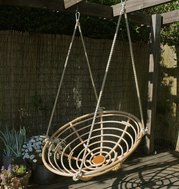 I know exactly what to do now with my old papasan chair in the attic. Easy project for my sweetheart