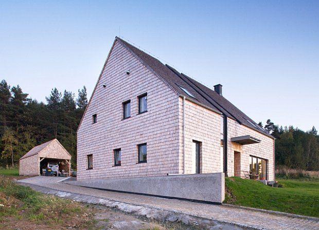 W śląskich Sulistrowicach powstał dom, który prostotę i lokalną tradycję wykorzystuje w sposób maksymalny. Projekt autorstwa wrocławskich architektów z biura + 48 udowadnia, że tradycyjne rozwiązania budowlane wciąż inspirują architektów,a w połączeniu z nowoczesnymi detalami mogą dać znakomity efekt końcowy.