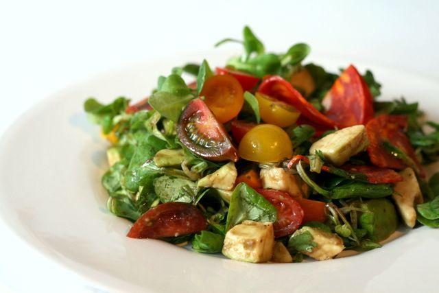Salata cu chorizo, rosii cherry, avocado & coriandru