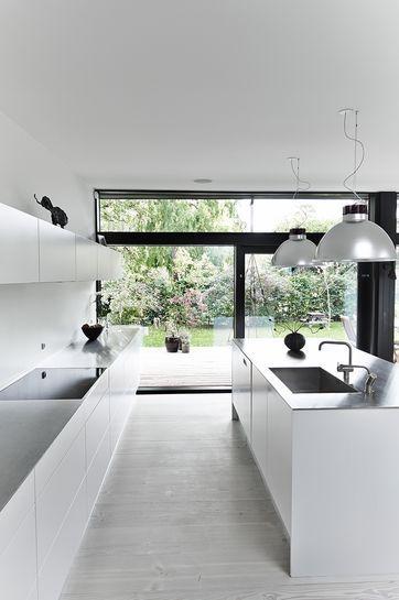 lyst hvidt køkken