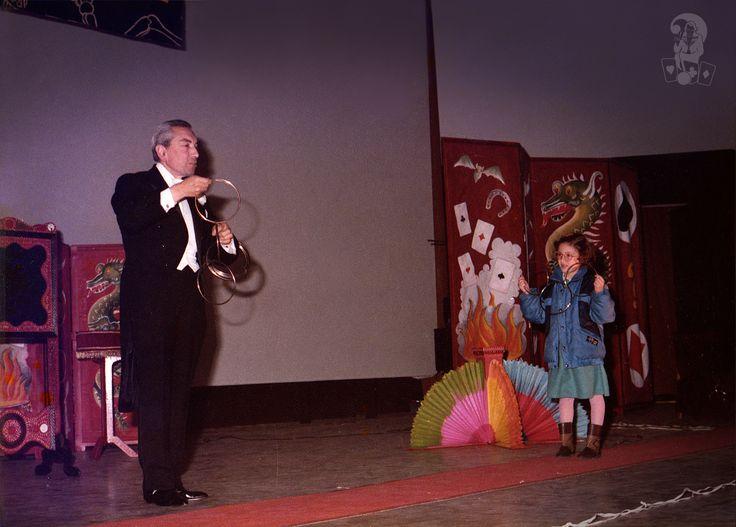 Teatro Metropolitan, Palermo, anni '80.  Gli anelli cinesi che s'incatenano e si liberano davanti gli spettatori. Un classico della magia che il mago Dawson presentava sempre.