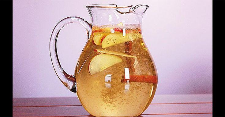 pomme 1 pomme coupée en tranches fines(tous les types de pommes peuvent convenir, mais nous suggérerons les types Fuji et Honeycrisp, car ellesont un goût sucré)1 bâton de cannelle fraîcheGlaceEau froideGrand pichet