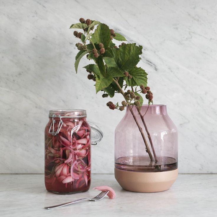 Vase Elevated rose, design Thomas Benzen. Vase en verre soufflé et sa base en frêne massif teinté. Décoration et mobilier design à Paris.