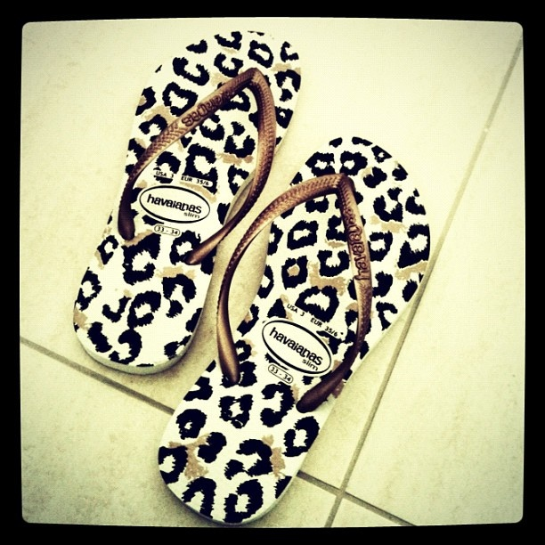 My fave flips and now in animal print?! Anni trip to HB? I'll need to find these :)