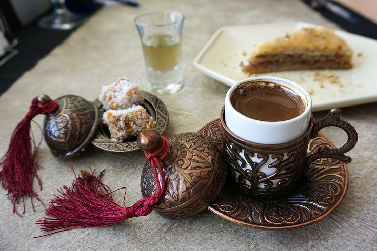 Café turco, licor casero de regaliz, lokumi y baklava. Istanbul Gourmet, Colonia, Uruguay