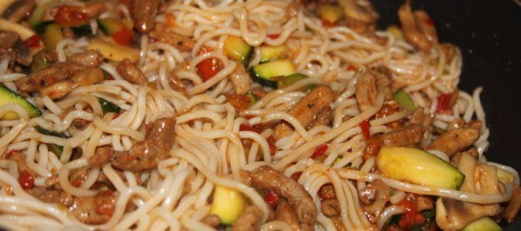 Snelle woknoedels, gyros en groenten - Met 5 ingrediënten snel een lekker eenpansgerecht. Gyros kun je vervangen door 'gewone' naturel kip, hamblokjes of vegetarische variant.