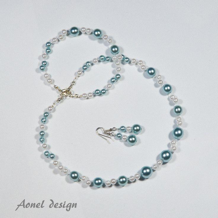 Pro ledovou královnu III. Elegantní šperková sada - náhrdelník a náušnice - jsou vhodné pro romantickou příležitost i na ples. Použitý materiál: světle modré voskové perly stříbrné voskové perly bižuterní komponenty: běžné kovy + stříbro zapínání z chirurgické oceli nylonové lanko K náušnicím samozřejmě připojím i plastové zarážky.