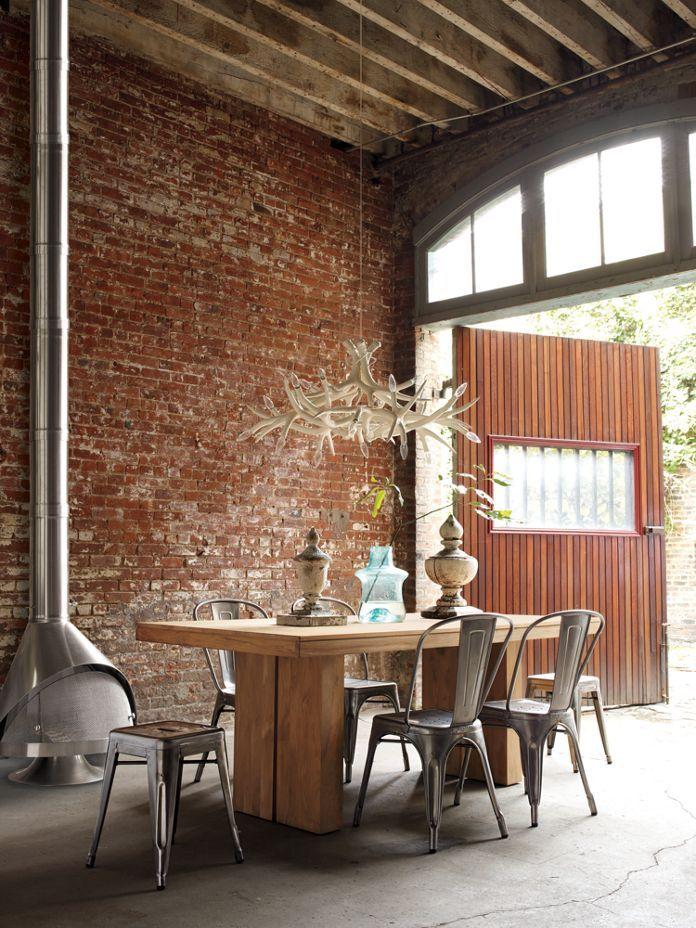 Esprit industriel pour cette salle à manger - Un grand mur de briques rouges : une cheminée et des chaises en métal  #industrial #red+bricks #dining+room