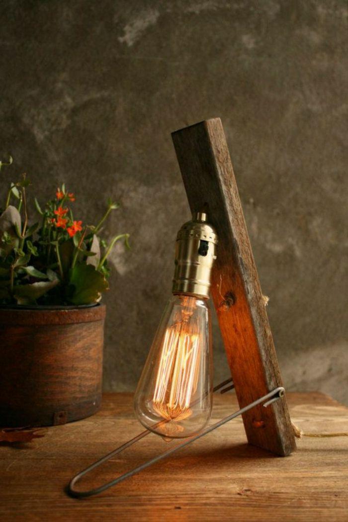 Kleine Tischlampe In Gluhbirnenform Neben Dem Blumentopf Retro Lampe Industrie Stil Beleuchtung Lampen