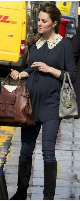 Kate Middleton: Brown bag – Barbour  Purse – Tod's