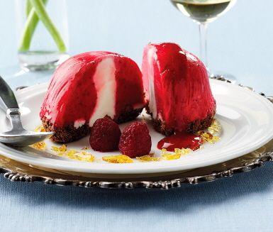Recept: Hallonsorbet fylld med vaniljmascarpone på chokladkexbotten