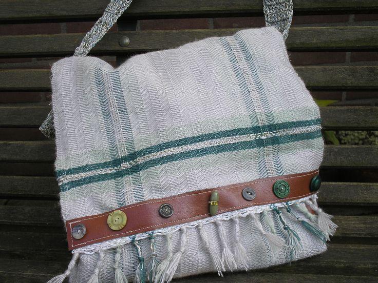 Handgeweven tas met acryl ,zijkanten en versiering van leer.