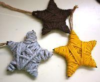 een ster van stevig karton, omwinden met wol, leuk voor in de kerstboom!